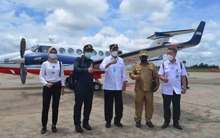 Plt. Gubernur Kalteng Habib Ismail Bin Yahya saat menyambut kedatangan Menteri Perhubungan Budi Karya Sumadi di Bandara Tjilik Riwut Palangka Raya