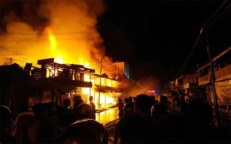 Kebakaran Kobaran api yang menghanguskan ruko di Jalan Ais Nasution Kuala Pembuang.