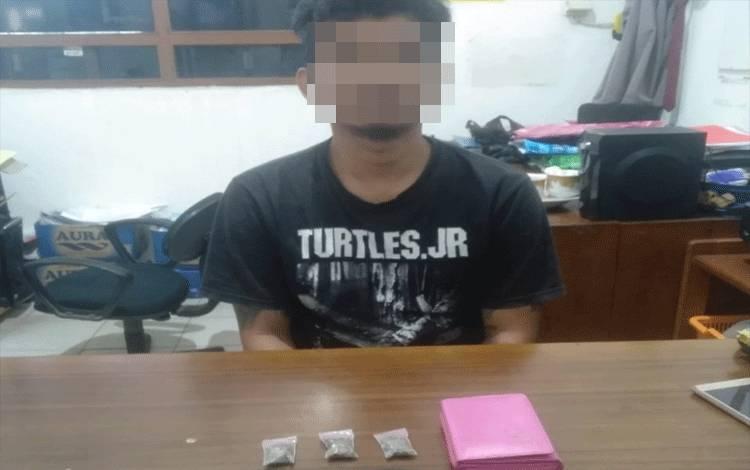 Tersangka pengedar ganja saat diperiksa di ruang Satreskoba Polres Kotim.