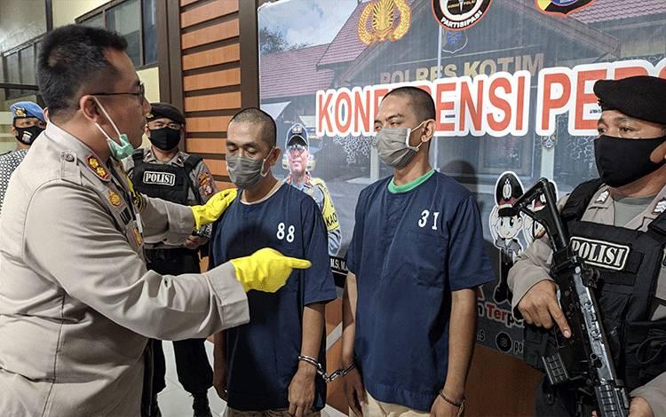 Kapolres Kotim AKBP Abdoel Harris Jakin saat menginterogasi 2 tersangka penipuan modus barang antik.