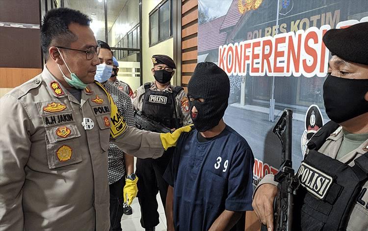 Kapolres Kotim AKBP Abdoel Harris Jakin saat interogasi tersangka pencabulan terhadap anak kandung.