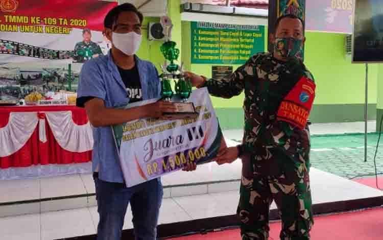 Koresponden Borneonews.co.id Sampit, saat menerima penghargaan juara III dari kategori wartawan tayangan.