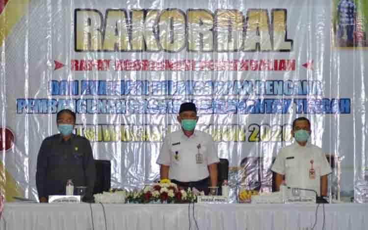 Sekda Kalteng Fahrizal Fitri saat menghadiri rakordal pengendalian dan evaluasi pelaksanaan pembangunan Provinsi Kalteng triwulan III tahun 2020.