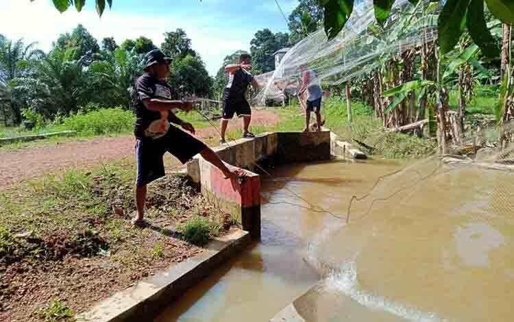 Warga Desa Kalang, Kecamatan Batu Ampar saat sedang melunta ikan Biawan di salah satu anak sungai desa setempat.