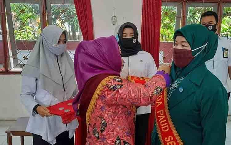 Bunda PAUD Seruyan, Fauziah Yulhaidir mengukuhkan Bunda PAUD Kecamatan, Rabu, 21 Oktober 2020.