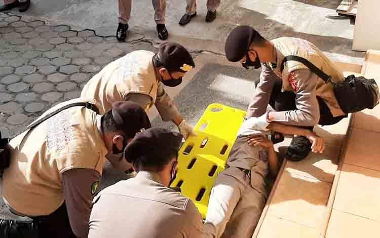 Simulasi tim medis RS Bhayangkara Palangka Raya saat melakukan penanganan korban aksi unjuk rasa.