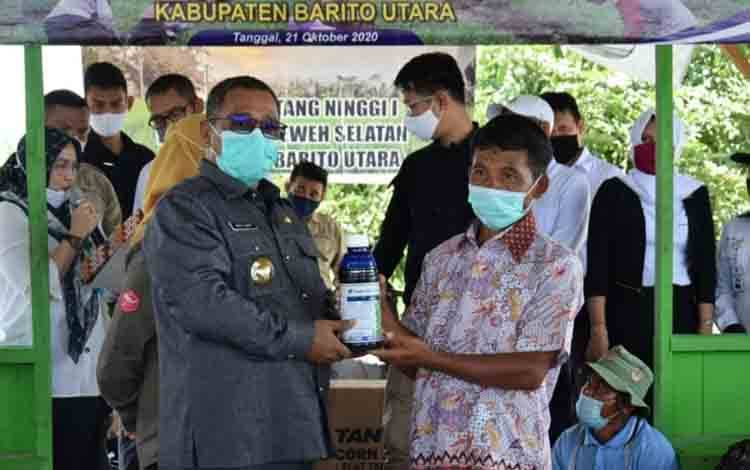 Plt Gubernur Kalteng, Habib Ismail bin Yahya saat menyerahkan secara simbolis pupuk cair kepada salah satu petani di Barito Utara, Rabu, 21 Oktober 2020.