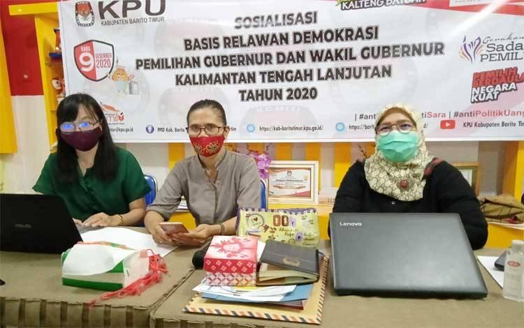 Ketua Divisi Sosialisasi, Pendidikan Pemilih, Partisipasi Masyarakat dan Sumber Daya Manusia KPU Barito Timur, Zarmiyeni (kanan)