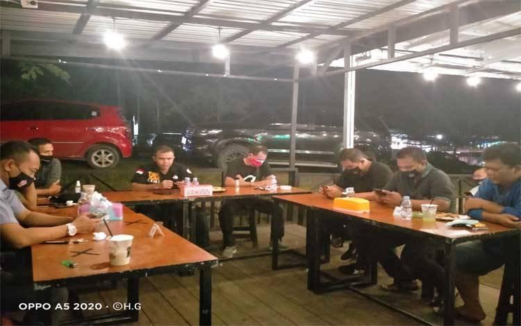 Suasana ngopi bareng Polres Gunung Mas bersama wartawan, KPU, Bawaslu bahas Pilkada Kalteng di kedai Pras Kopi Jalan Letjend Soeprapto, Kuala Kurun, Rabu malam, 21 Oktober 2020