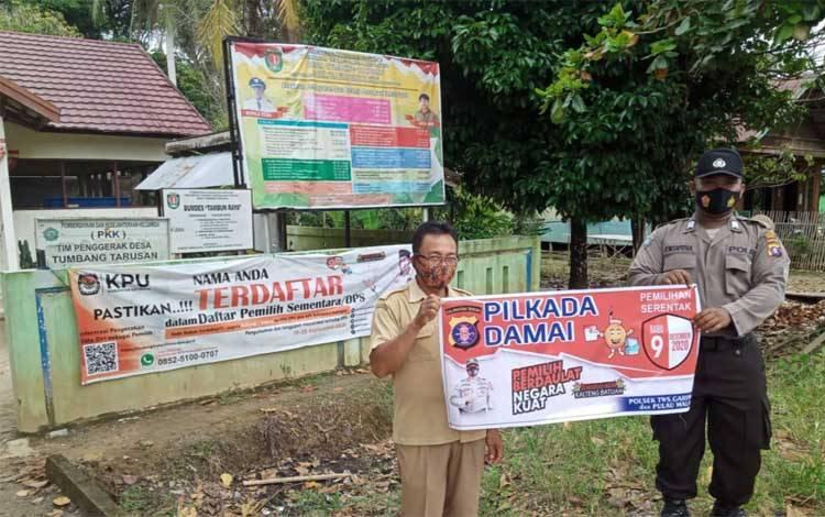 Anggota Polsek TSG dan Pulau Malan saat sosialisasi di Desa Tumbang Tarusan
