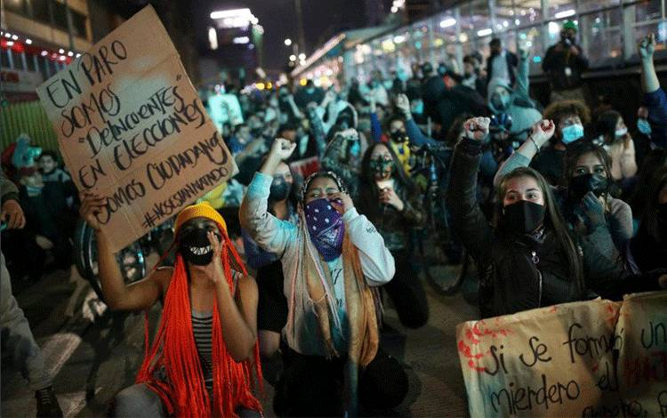 Para warga berpartisipasi dalam aksi protes di Bogota, Kolombia, Jumat (11/9/2020), setelah seorang pria, yang ditahan karena melanggar aturan pembatasan jarak sosial, meninggal dunia akibat berkali-kali dikejutkan oleh pistol setrum oleh petugas, menurut pihak yang berwenang. ANTARA FOTO/REUTERS/Luisa Gonzalez/hp/cfo