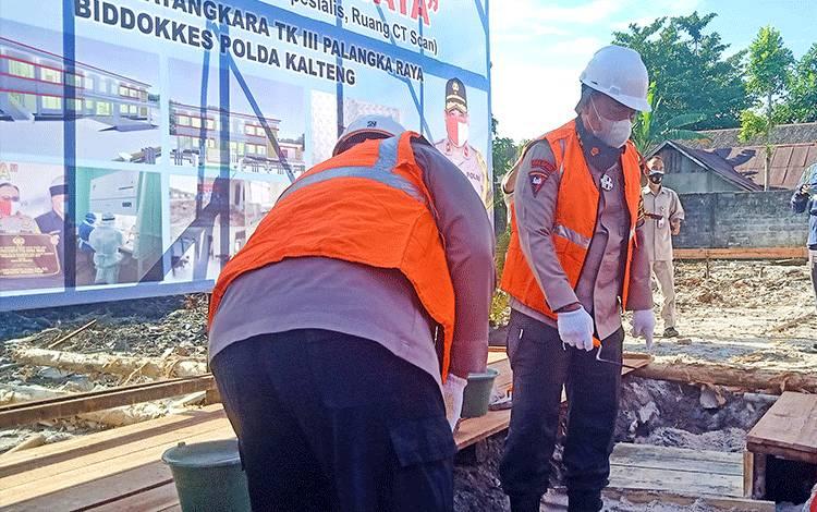 Kapolda Kalteng Irjen Pol Dedi Prasetyo bersama Wakilnya Brigjen Pol Indro Wiyono melakukan peletakan batu pertama pembangunan paviliun VIP RS Bhayangkara tingkat III Palangka Raya Jalan Haji Ikap, Kamis 22 Oktober 2020.