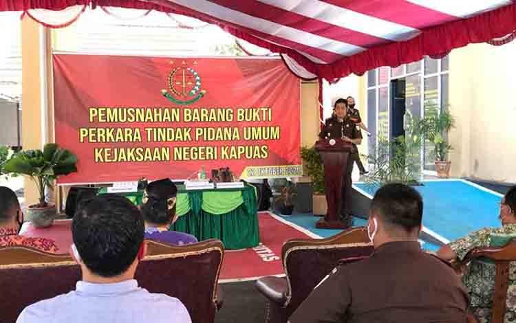 Kajari Kapuas, Arif Raharjo saat menyampaikan sambutannya dalam acara pemusnahan barang bukti tindak pidana umum pada Kamis, 22 Oktober 2020.