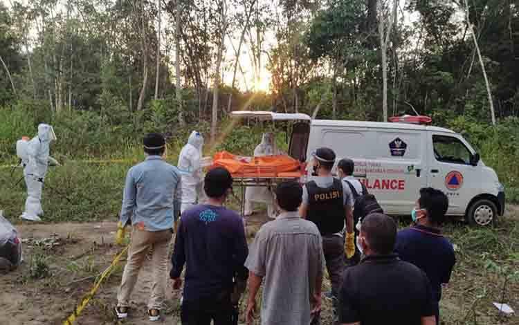 Tim gugus tugas Covid-19 Bartim evakuasi penemuan mayat yang diduga terindikasi positif Covid-19.