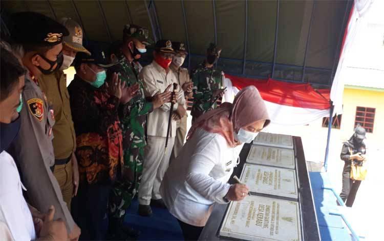 Bupati Kobar, Nurhidayah menandatangani prasasti peresmian 4 jembatan gantung di Kecamatan Arut Utara