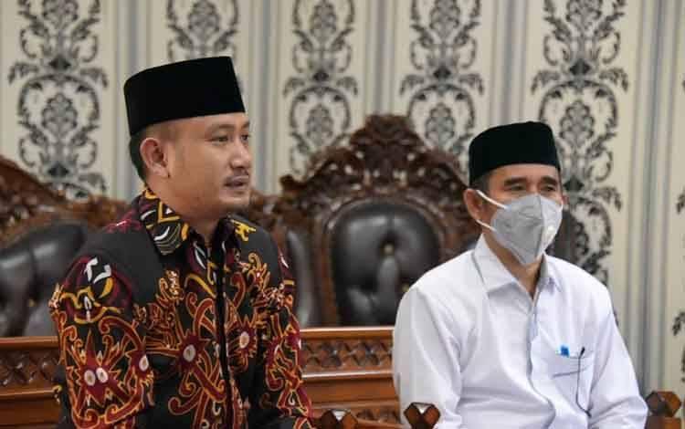 Wali Kota Palangka Raya, Fairid Naparin dan Kepala Kemenag Kota Palangka Raya Achmad Farichin saat menyapa santri.