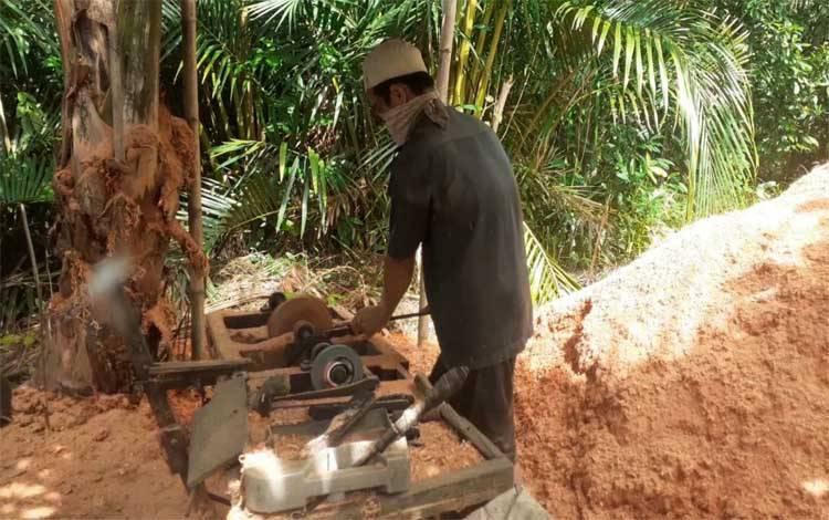 Pengrajin Cobek di Handil Sampurna, Desa Basungkai, Kecamatan Basarang, Kabupaten Kapuas