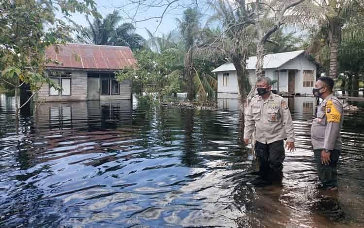Kapolsubsektor Seruyan Hilir Timur Ipda Sahala APL Gaol mengecek debit air di wilayah Tanggul Harapan yang mulai menggenangi pemukiman