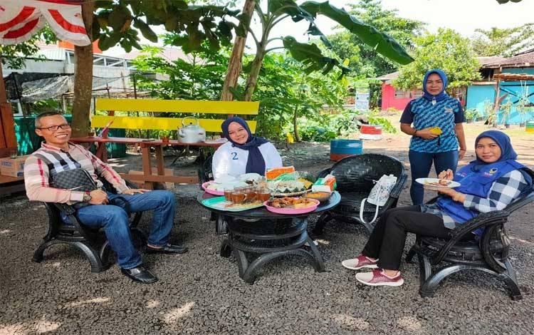 Ketua DPW Partai Nasdem Kalteng, Faridawaty Darland Atjeh berdialog dengan warga Kampung Bersinar
