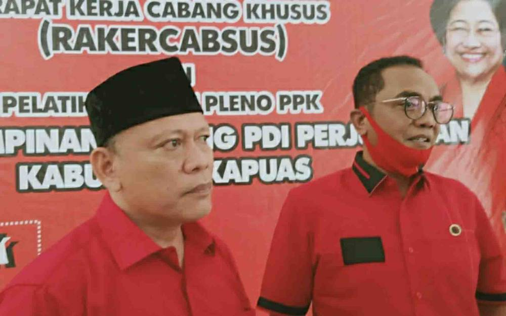 Ketua Tim Kampanye Paslon Gubernur H Sugianto Sabran - H Edy Pratowo di Kabupaten Kapuas, Muhammad Mawardi (kiri) bersama Sekretaris DPD PDIP Kalteng, Sigit K Yunianto.