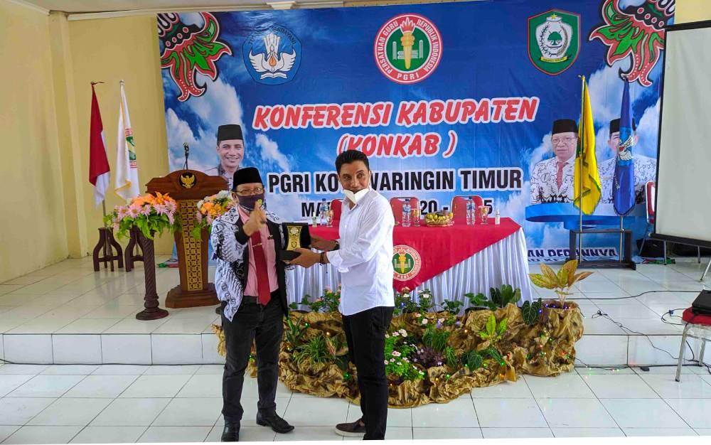 Bupati Kotim Supian Hadi saat menyerahkan pelakat kepada Ketua PGRI Provinsi Kalteng, saat Konferensi Kabupaten PGRI Kotim, Sabtu, 24 Oktober 2020.