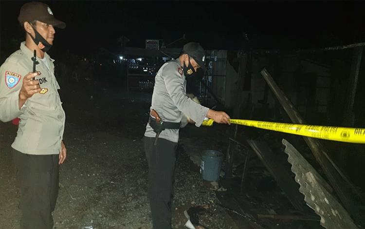 Personel Polsek Kapuas Murung saat memasang garis polisi di lokasi kebakaran 1 buah rumah warga di Desa Sumber Alaska, Kecamatan Dadahup.