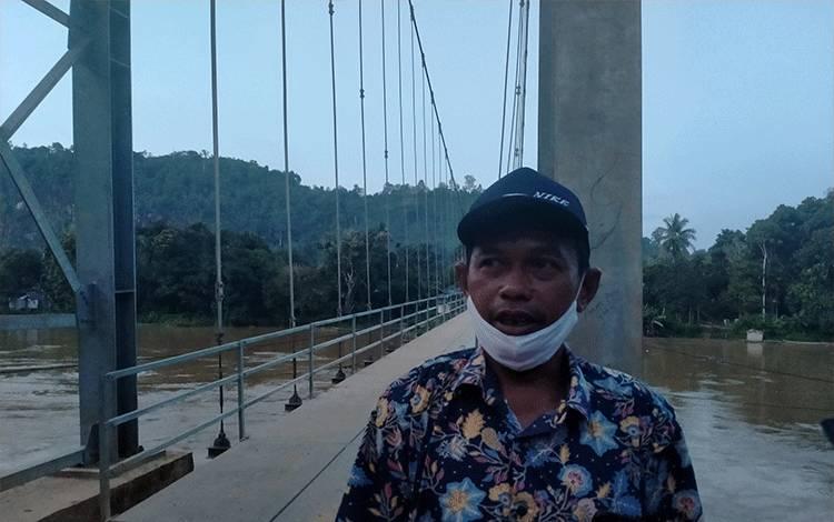 Kades Upon Batu Isaskar memberikan keterangan Kepada Awak media terkait jalan jembatan Jembatan gantung Desa Upon Batu, Sabtu,  24 Oktober 2020.