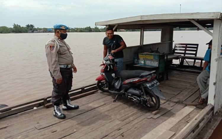 Personel Polsek Pulau Petak saat melakukan pengecekan ke feri penyeberangan di Desa Sei Tatas Hilir.