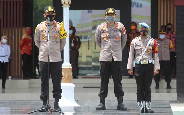 Pejabat baru dan pejabat sebelumnya Kapolres Seruyan saat pelaksanaan serah terima jabatan di Mapolres Seruyan, Minggu, 25 Oktober 2020.