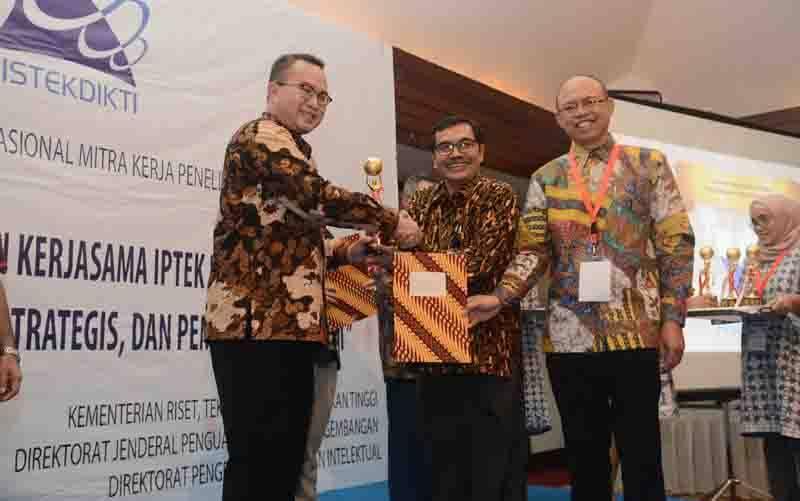 Rektor IPB, Dr. Arif Satria (kiri) menerima Trophi dan Piagam Penghargaan diserahkan oleh Dirjen Penguatan Riset dan Pengembangan, Dr. Muhammad Dimyati didampingi Dirjen Pengelolaan Kekayaan Intelektual di Hotel Sari Pan Pacific Jakarta, Kamis (5/7). (foto : Humas IPB)