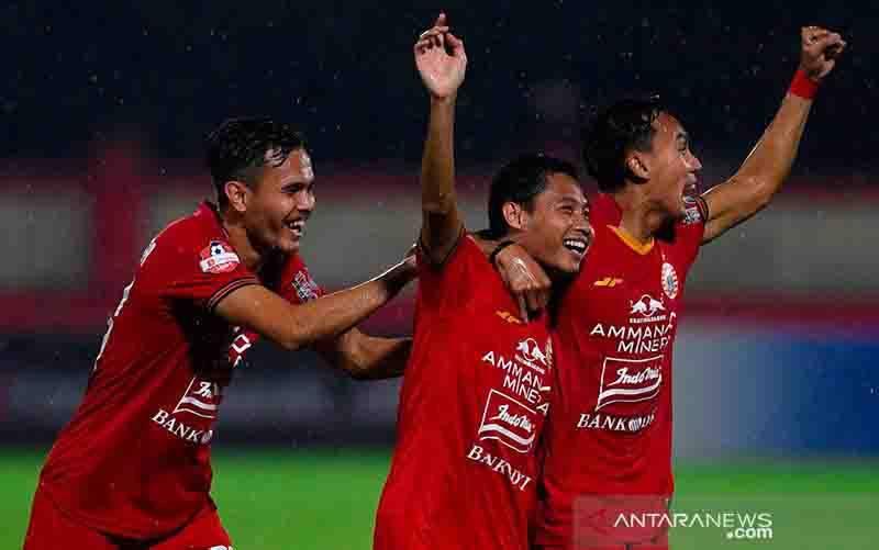 Pesepak bola Persija Jakarta Evan Dimas (tengah) bersama rekan merayakan gol ke gawang Bhayangkara FC pada pertandingan Liga 1 2020 di Stadion PTIK, Jakarta, Sabtu (14/3/2020). (foto : ANTARA FOTO/Puspa Perwitasari/foc)