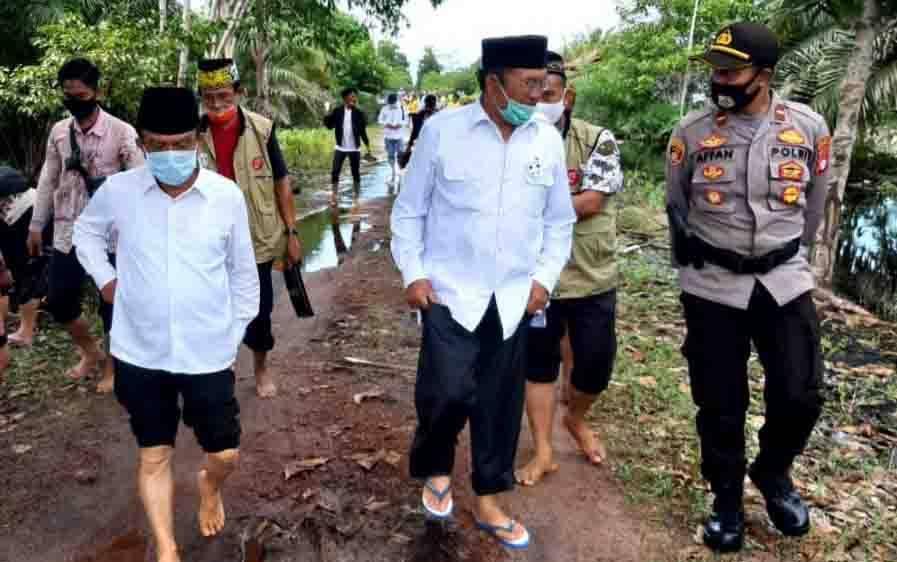 Tim kampanye Sugianto Sabran - Edy Pratowo tiba di Desa Hiyang Bana, Kecamatan Tasik Payawan, Senin, 26 Oktober 2020.