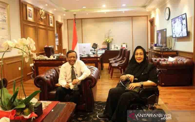Menko Polhukam Mahfud MD saat bertemu dengan putri Proklamator Bung Karno, Rachmawati Soekarnoputri di Kantor Kemenko Polhukam, Jakarta, Senin (26/10/2020). (foto : ANTARA/HO-Humas Kemenko Polhukam)