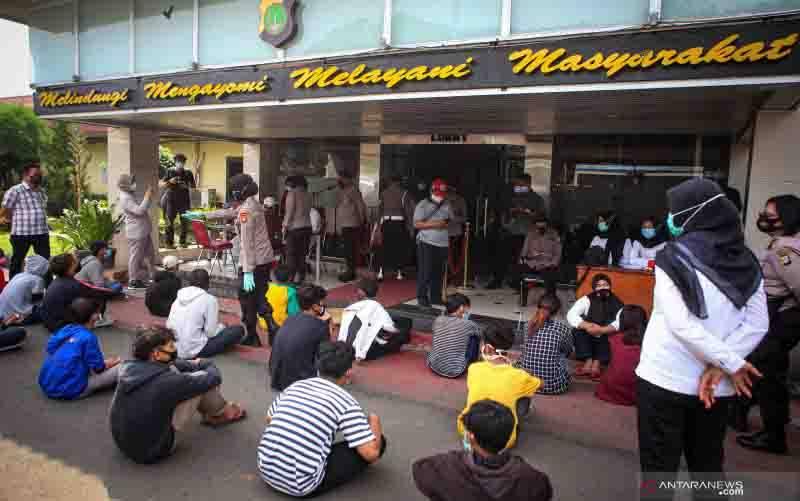 Sejumlah pelajar diamankan di Mapolrestro Tangerang Kota, Kota Tangerang, Banten, Selasa (20/10/2020). Sebanyak 24 pelajar diamankan oleh petugas saat hendak berangkat untuk mengikuti aksi ke Jakarta setelah dapat ajakan dari media sosial. (foto : ANTARA FOTO/Fauzan)