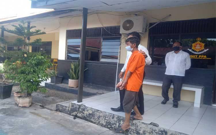 Tersangka begal payudara saat digiring keruang tahanan Polresta Palangka Raya