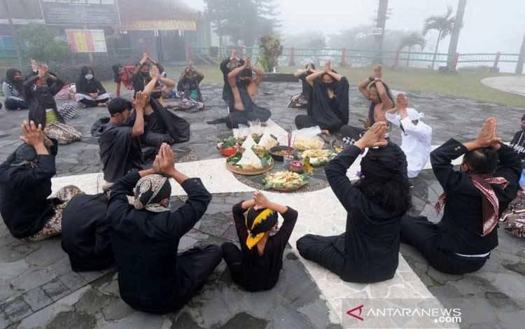 Ritual Sesaji Pisungsung Gunung di Sawangan, Kabupaten Magelang, Jawa Tengah untuk memperingati 10 tahun erupsi Gunung Merapi