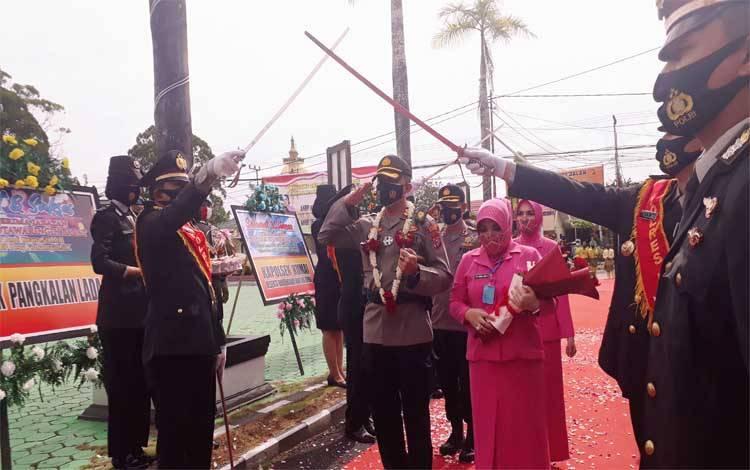 AKPB Devy Firmansyah tiba di Polres Kobar disambut dengan tradisi adat dan prosesi pedang pora