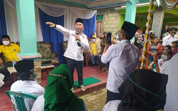 Calon Gubernur Kalimantan Tengah H Sugianto Sabran bersama tim pemenangan menyapa warga Desa Baru untuk menyerap aspirasi dan mengkampanyekan program yang telah dilaksanakan selama ini, Selasa, 27 Oktober 2020.