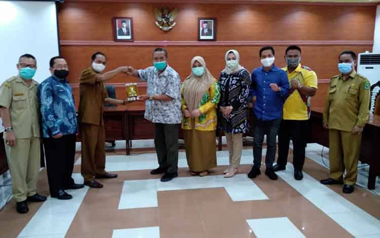 Jajaran Anggota DPRD Kabupaten Tapin bertukar cinderamata disela kunjungan kerja di DPRD Kabupaten Kapuas pada Selasa, 27 Oktober 2020.