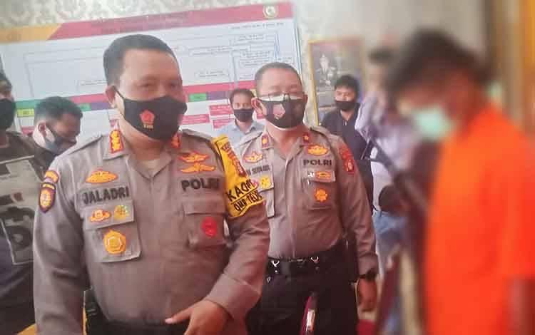 Pelaku saat diinterogasi Kapolresta Kombes Dwi Tunggal Jaladri di Polsek Pahandut.