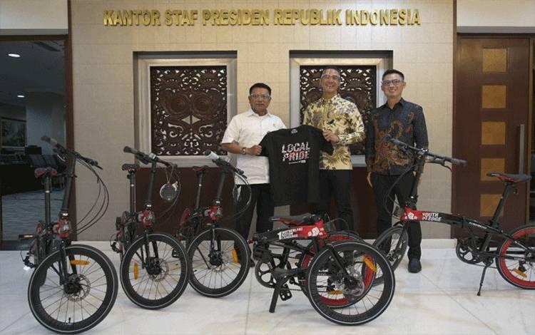 Kepala Staf Kepresidenan Moeldoko menerima 15 sepeda lipat bertema Hari Sumpah Pemuda dari Direktur Utama PT Roda Maju Bahagia Hendra dengan CEO Damn! I Love Indonesia yang juga berprofesi sebagai pembawa acara Daniel Mananta di Kantor KSP Jakarta, Senin (26-10-2020). ANTARA/HO-Kantor Staf Kepresidenan