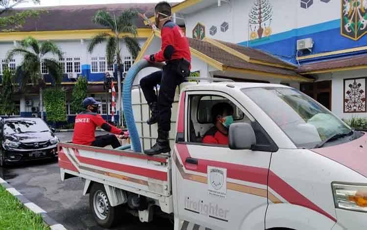 Satgas Covid-19 Kota Palangka Raya saat melakukan penyemprotan disinfektan di kampus UPR, Selasa 27 Oktober 2020
