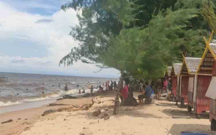 Keterangan foto : Sejumlah wisatawan saat kunjungi Pantai Ujung Pandaran.