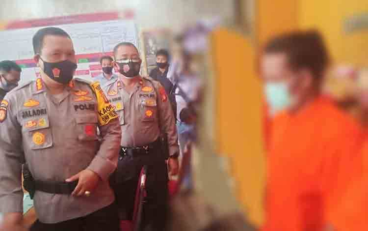 Kapolresta Palangka Raya, Kombes Pol Dwi Tunggal Jaladri didamping Kapolsek Pahandut Kompol Edia Sutaata saat melakukan interogasi kepada pelaku Curat.