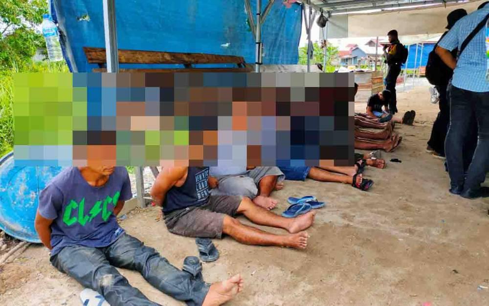 Penggerebekan di lokasi transaksi narkoba Jalan Riau, Kecamatan Pahandut, Selasa, 27 Oktober 2020.