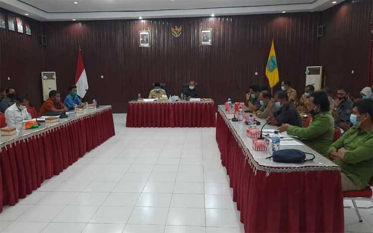 Suasana rapat sengketa lahan antara Kelompok Tani Maju Bahaum dan PT KTH yang difasilitasi Pemkab Lamandau, Selasa 27 Oktober 2020