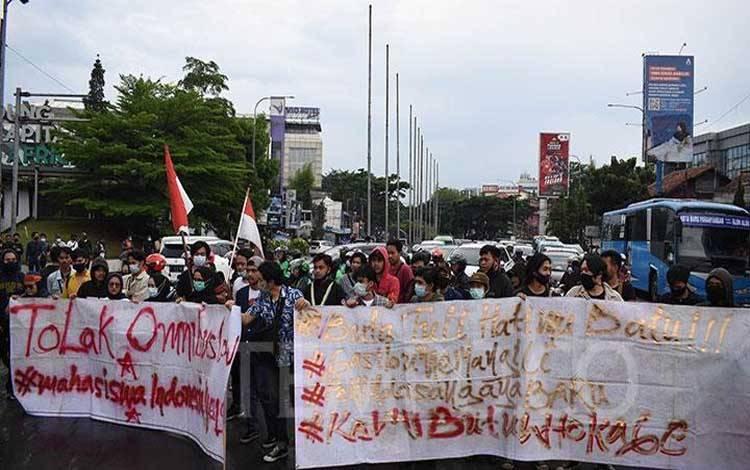 Mahasiswa berjalan menuju akses tol untuk menutup pintu tol Pasteur di Bandung, Jumat, 23 Oktober 2020. Polisi membubarkan paksa aksi penolakan UU Cipta Kerja tersebut dan menahan beberapa mahasiswa. TEMPO/Prima Mulia
