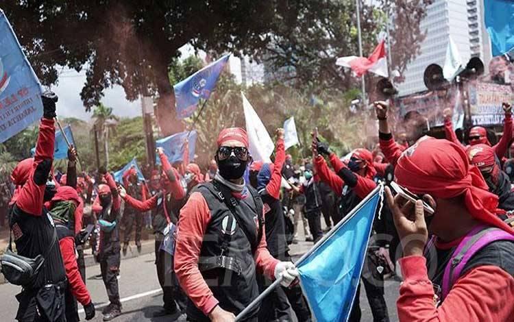 Sejumlah buruh melakukan aksi di Jalan MH Thamrin, Jakarta, Kamis, 22 Oktober 2020. Aksi tersebut dalam rangka menyampaikan penolakan terhadap disahkannya UU Cipta Kerja/Omnibus Law. TEMPO/Muhammad Hidayat