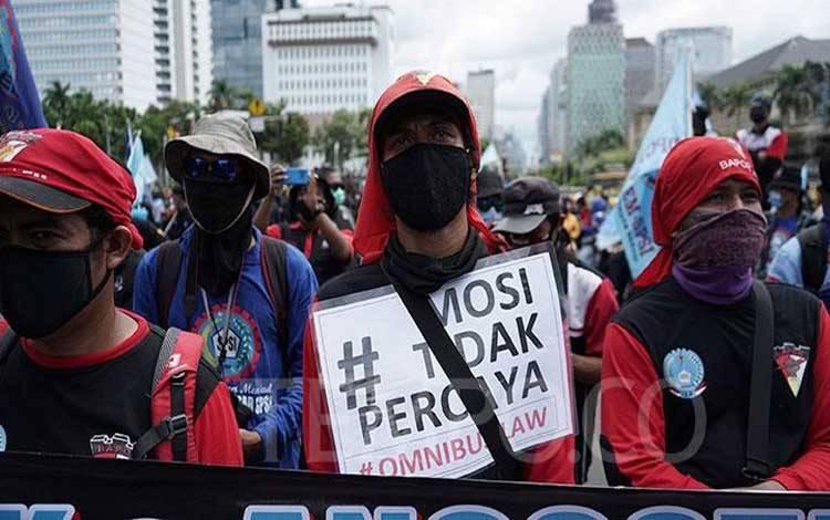 Sejumlah buruh melakukan aksi di Jalan MH Thamrin, Jakarta, Kamis, 22 Oktober 2020. Aksi tersebut dalam rangka menyampaikan penolakan terhadap disahkannya UU Cipta Kerja atau Omnibus Law. TEMPO/Muhammad Hidayat