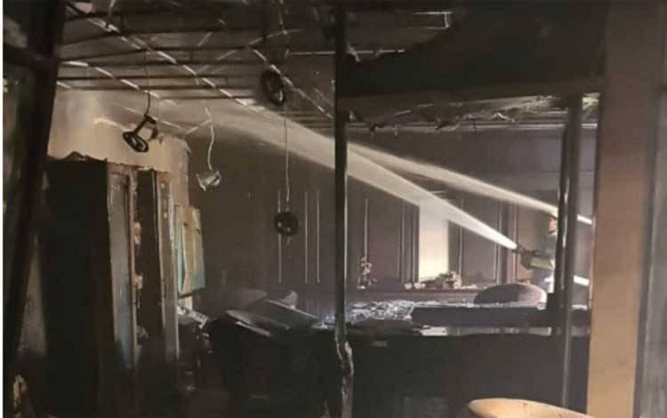 Proses pemadaman gedung DPRD Kaltim yang terbakar